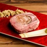 """竹パウダーの乳酸菌発酵で味わう、味噌の風味と程よい甘みが引き出された逸品。「厚切り牛タン」の常識を覆すような、サクサクと歯切れの良い食感に感動するハズ。一味もふた味も異なる""""初体験の牛タン焼肉""""です。"""
