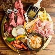 希少部位も人気部位も味わえる、贅沢な盛り合わせ。カルビ、タン、鶏モモ、豚バラ、ホルモン、ウインナー、季節野菜と、バリエーション豊かで子どもも大人も大満足。有亭オリジナルの食べ方で美味しく味わえます。