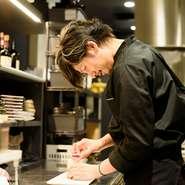 """「笑顔になれる、飽きのこない焼肉を提供したい」と語る上前氏。焼肉というシンプルな料理だからこそ、魅せ方や仕込み、調味料を工夫して""""ネオ焼肉""""を提案しています。金沢で「新しい焼肉」を発信しています。"""
