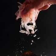 店では、春夏秋冬それぞれに合った日本酒を全国から厳選してそろえています。鍋とのマリアージュを楽しみながら、極上の一杯に季節を感じるのも一興です。