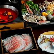 魚の骨などを長時間煮込んだ出汁とトマト十個分のリコピンを凝縮した「リコピンボール」でつくる鍋。魚介の旨みが溶け出したスープで肉や野菜をおいしくいただきながら、リコピンもしっかり摂る欲張りコース。要予約
