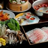 日本人の舌に合わせた旨辛い麻辣スープと高級薬膳食材「烏骨鶏」から出汁をとった白湯スープの鍋。おいしく食べて体のバランスを整えキレイを養う美容食の鉄板コースです。