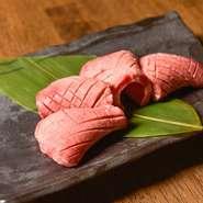 『タンモト』は、タンの根本の一番柔らかい部分。タンの中でも特に希少で、食感が良く旨味がつまった逸品です。SNS映えするその姿は貫禄さえ感じられます。ぜひ一度賞味あれ。