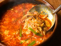 じっくり時間をかけて煮込んだ旨味が、体中にしみわたる満足感たっぷりの一品『カルビスープ』