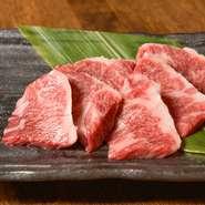 店主がこだわって仕入れている、鮮度と質にこだわった厳選和牛。内臓部位の中でも圧倒的な存在感を放つ人気の逸品。厚切りで提供され、食べると柔らかくジューシーな味わいです。