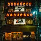 2階・3階に並ぶ赤い提灯が目印です。