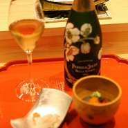 美しいオレンジ色のオレンジワインを用意