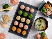 京都の厳選された白味噌と4種類の具材(鰹節、桜えび、ネギ、わかめ)を練り込んだベースを1つ1つ丸め、ごま、あおさ、国産野菜パウダーでコーティング◎ 白味噌の甘さが引き立つほっとした味わい◎ 1箱(4個入)650円