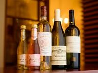 グラス・デキャンタで楽しめるリーズナブルな赤白ワインに、スパークリングワイン・サングリアもあり。特別な日にぴったりのボトルワインも充実しています。