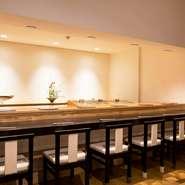 丁寧な仕事を貫くため、カウンターは6席にしぼり、ゆったりした広さに。お一人様も気兼ねなく憩える雰囲気です。コースの他、一品料理とお好み握りの利用も歓迎。旨い酒肴と寿司を自分スタイルで楽しめます。