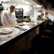 """カウンター6席のお店だからこその丁寧なもてなし。ゲストそれぞれの好みに合わせ、まるでオーダーメイドのように組み立てられる料理たち。""""フランス料理の幸せ""""を味わえるお店です。"""