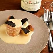 ワインはソムリエがセレクト。フランス産を中心とした豊富なラインナップから、それぞれの料理に合った一杯を用意することも。至福のマリアージュにゆったりと酔いしれてみませんか。