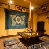 囲炉裏を囲む個室スペースは6~7人で利用可能