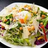 たっぷりの野菜と濃厚な温玉が絶妙『シーザーサラダ パルメジャーノ仕立て』