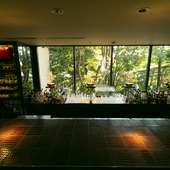 窓からの美しい眺めに癒やされる、プライベートなひととき