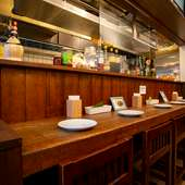 シェフとの距離が近いカウンターは、料理を待つのも楽しい時間