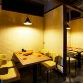 テーブル席は隣席との間に壁が設けられている半個室