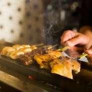 もも肉、胸肉、ぼんじり、つくねなど、ていねいに焼かれる串は、上質な南部どりの各部位の美味しさが際立つものばかり。遠赤外線による炭火焼きの香ばしさも素材の旨みを引き立てています。