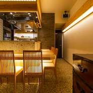 4人がけのテーブルが2つ、カウンター席が7席のコンパクトな店内。カウンターの立ち上がりには大谷石、床には照りのある石を敷き詰めるというこだわりよう。店内の壁のクロスにはよく見ると金箔が入っています。