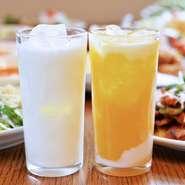 その日仕入れたフレッシュな牛乳からつくる無添加ラッシー。脂肪分3.5%以上の牛乳を用いることで、牛乳本来のやさしい甘みの中にコクのあるドリンクに仕上げます。マンゴーを加えた『マンゴーラッシー』も美味。