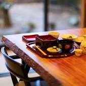 料理を美しく彩る器、温かみのあるインテリアでゲストを魅了
