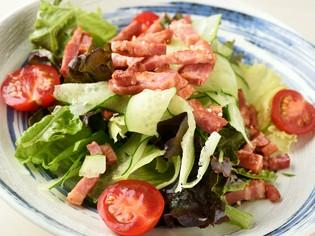 肉卸から仕入れた肉厚ベーコンが自慢の『ベーコンサラダ』