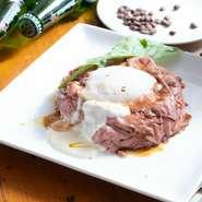 短角牛の内もも肉を使い、低温で2時間じっくり調理。柔らかく、牛肉の旨みが凝縮されています。ソースは日本人好みの和風テイストで、自家製の温泉卵で味がよりマイルドに! ランチでも一番人気です。