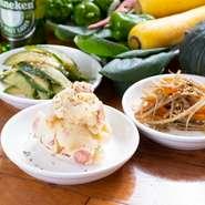 きんぴらごぼうやポテトサラダ、キュウリのゴマ塩漬けなど、地元野菜を中心に使った野菜料理が20種類ほど揃います。定番もののほか、旬の素材を使った日替わりメニューも。冬の時期は里芋料理が特に人気です。