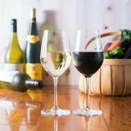 銘柄や国産・輸入にこだわらず、リーズナブルでおいしいワインを揃えています。常時7銘柄あり、季節ごとに登場する銘柄も。また、バーの勤務経験豊富なマスターによる本格的なカクテルも楽しめます。