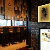 昼と夜で雰囲気が変わる窓の景色、ジャズが流れるシックな店内