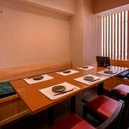 完全個室が3部屋あり、2部屋は4名様まで、1部屋は8名様までに対応。間仕切り調整で最大13名様までの空間も可能です。和モダンの設えで、壁側がベンチシートなのも何かと便利。皆様で落ち着いて過ごせます。