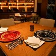明るすぎない照明が照らし出す、2人だけのテーブル席。記念日や誕生日など、特別な時間を過ごせる空間です。美味しい料理をゆったりと味わいながら、大切な人との思い出に残るひとときを。