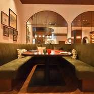 プライベートを大切にしたい家族や友人のお祝いの席に、また女性同士でおしゃべりを楽しみたい会食に最適な雰囲気。心も身体もくつろげる優美な空間で、至福のひとときを満喫できます。