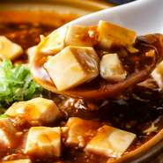 人気メニューのひとつ『麻婆豆腐』は「自家製具入り辣油」で調味され、正統派の味わいのなかに【民生】らしさがあります。「変わらぬ味」の価値がしみじみと感じられる逸品です。