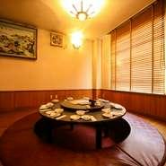 円卓テーブル席の半個室、掘りごたつタイプの円卓座敷の半個室など、個室スペースは7室。少人数から10名までの宴会に最適です。人気店なので宴会予約は早めが安心です。
