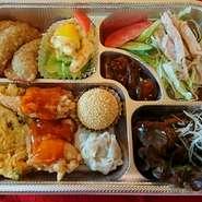 牛バラの味噌煮・エビのマヨネーズ・揚げ餃子・カニ玉・鶏チリソース・シューマイ・ゴマ団子・漬物・ライス