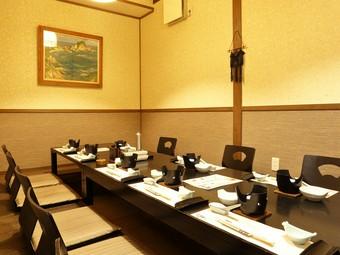 掘りごたつ席を備えた大小の個室は、大切な接待や宴会にも最適