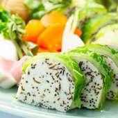 旬の味覚を感じる『筍水雲真丈の白菜包み 旬野菜添え』