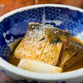 パンチの効いたしっかりとした味つけでじっくり煮込んであり、お酒にもご飯にも良く合う『さばの味噌煮』