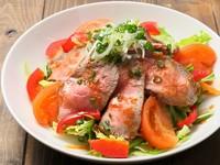自家製ローストビーフと地元産野菜の相性バツグン。食べると元気が出る『ローストビーフの元気サラダ』