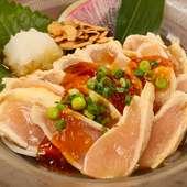 宴会のコースメニューで引っ張りダコ。国内産地鶏を使う『鶏ムネ肉のたたき』