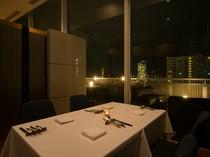プライベートな会食にぴったりの、夜景を楽しめる個室