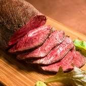 肉の旨みと肉汁を封じ込める、絶妙な火入れ