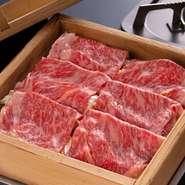 季節の上質食材を選りすぐり、和食を中心に創作料理や中華も提供。鮮度抜群の旬魚介、産直市場で仕入れる朝採れ野菜、その時季一番の和牛を満喫できます。写真はコース料理の人気の一品、『和牛せいろ蒸し』。