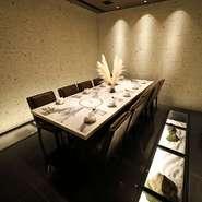 VIPルームは4名~10名で利用可能。色鮮やか料理が映えるよう、控えめな装飾で敢えてシンプルな造りとなっています。専用化粧室付で完全にプライベートが保たれる空間は、重要な接待・会食の席におすすめです。