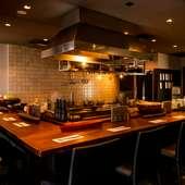シックな雰囲気が漂う、オープンキッチンが完備された店内