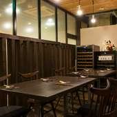 親しい人との食事に。リラックスできるシンプルモダンな空間
