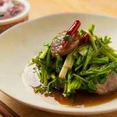 日本酒の香りと醤油の味わいが絶妙な『合鴨とセリの醤油炒め』