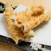胡麻油で一本丸々揚げた『穴子の天ぷら』は驚くほどふんわりとした食感