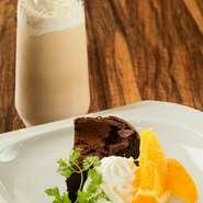 ゆっくり丁寧に焼かれたガトーショコラは、外はフワッ、中はチョコレートの滑らかさを味わえる本格派。地元・岩手県産の牛乳や卵に、カカオ70%のビターチョコレートを使い、甘くて深みがある味を堪能できます。